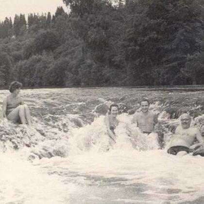 V. Ruģēns (pirmais no labās) Abavas rumbā kopā ar kolēģiem 1960. gadu sākumā (foto TNMK)