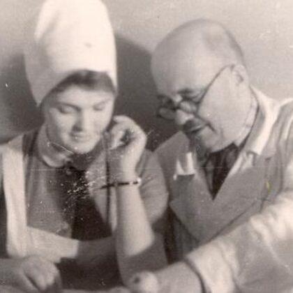Voldemārs Ruģēns ar medmāsu L. Palkavnieci ap 1966. gadu (foto no TNMK)